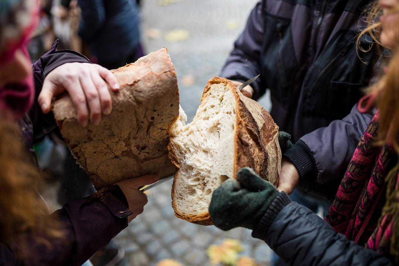 Mainz Sozial Brot teilen auf dem Markt